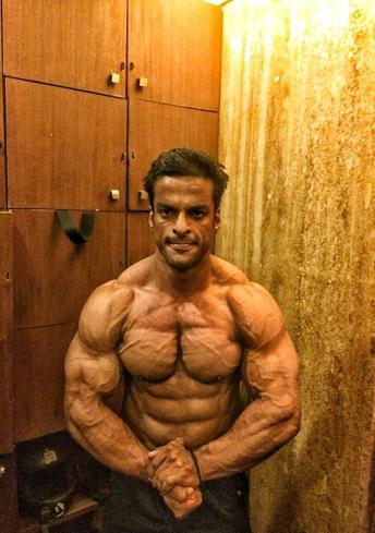 Yatinder Singh Posing 3 - IBB - Indian Bodybuilding